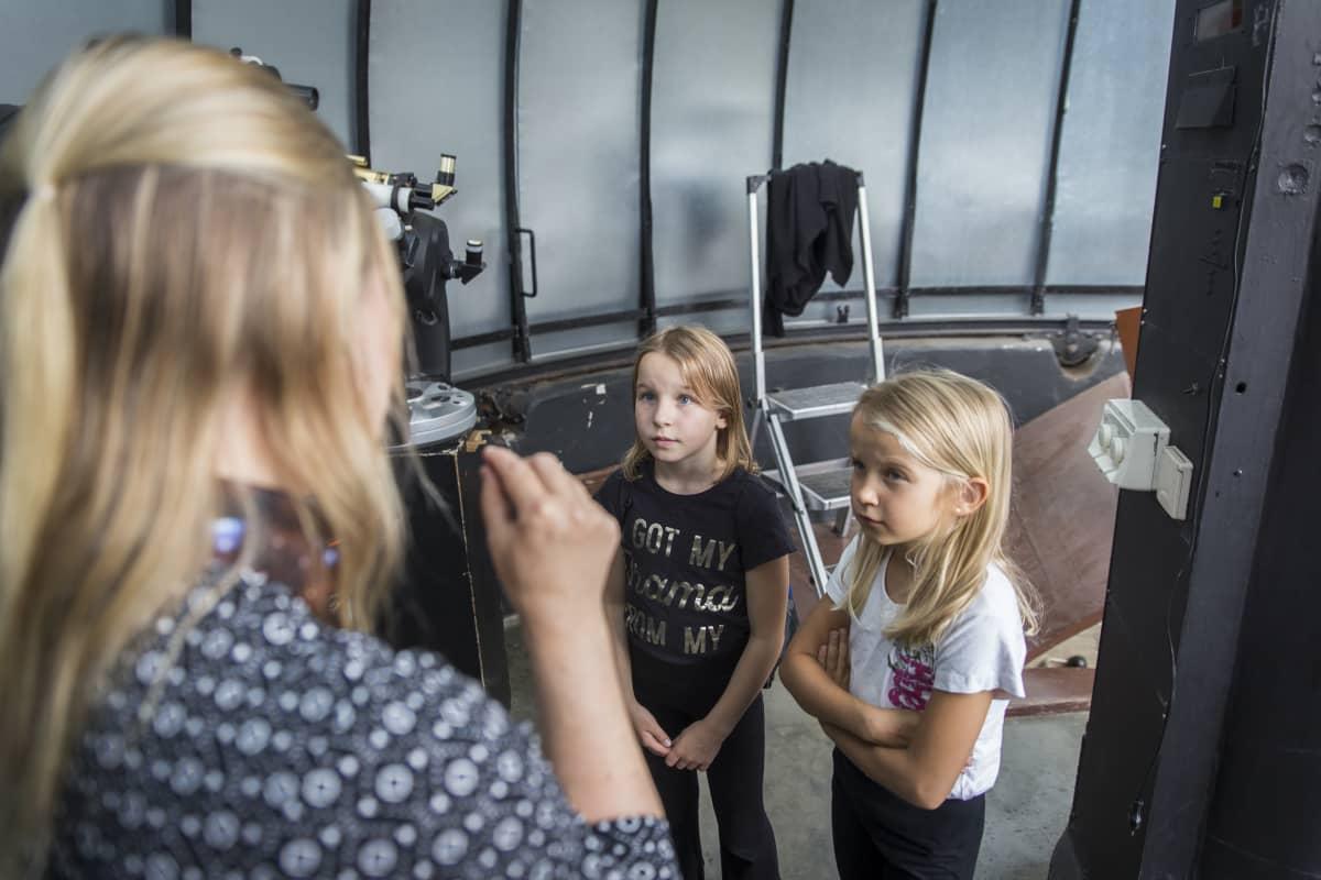 tähtieteilijä-ilmastotutkija Hannakaisa Lindqvist sekä Mona Martola ja Rebecca Martola