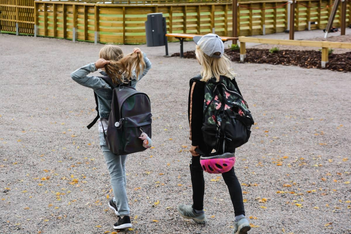 Koululaisia matkalla kouluun.