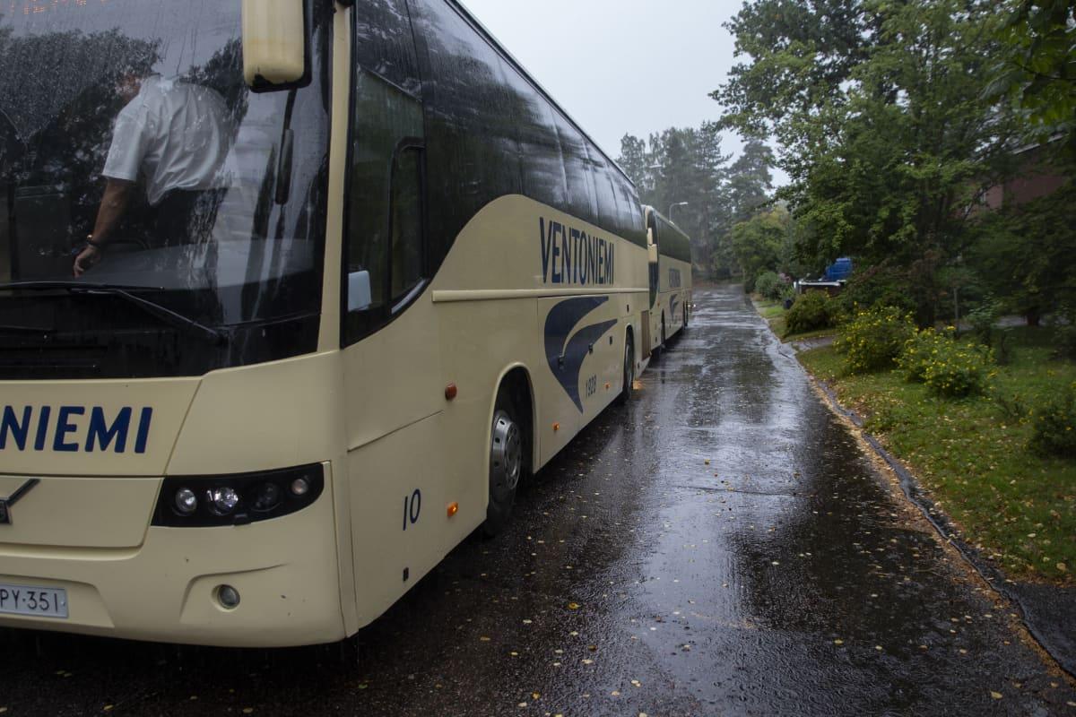 Busseja Vartiokylän koulun edessä.