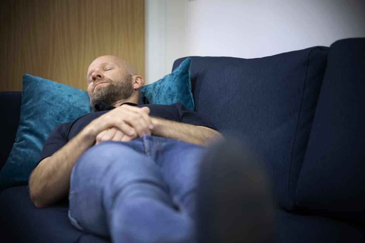 unilääkäri Henri Tuomilehto nukkuu
