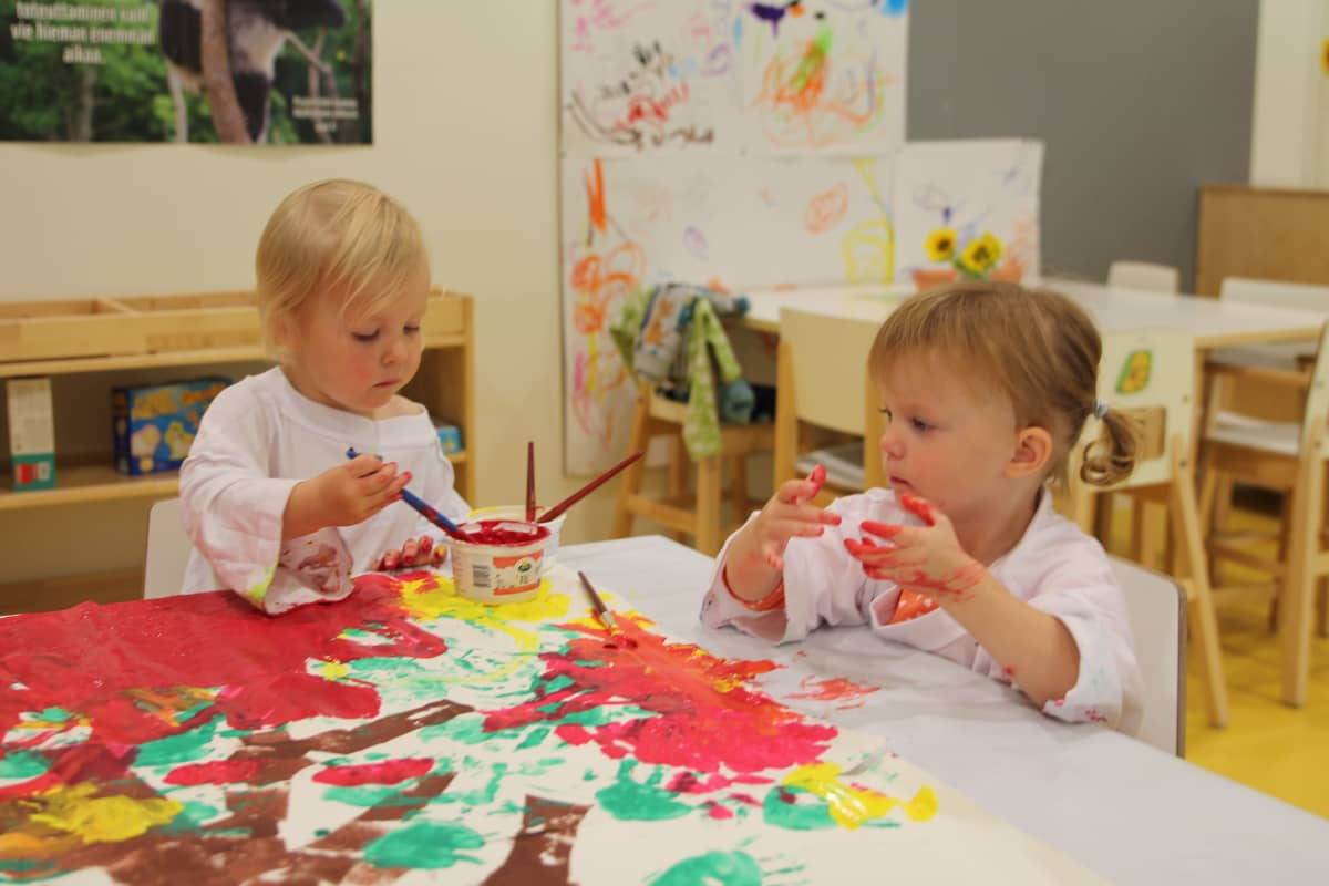 Kaksi lasta maalaamassa.
