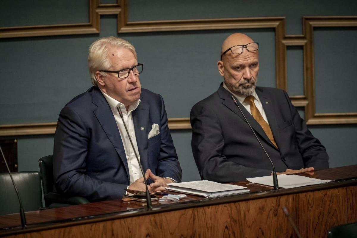 Veikko Vallin ja Mauri Peltokangas täysistunnossa