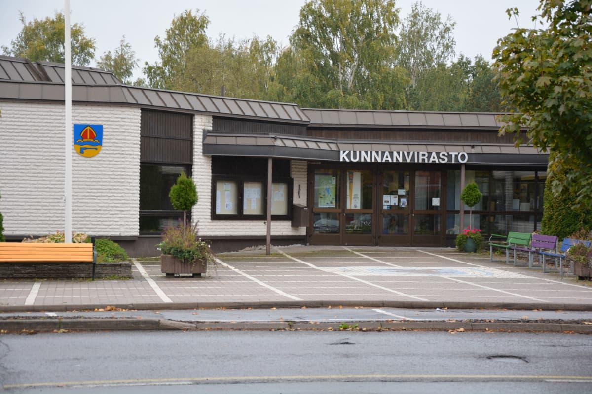 Kommunkansliet i Säkylä är en låg byggnad i ljust tegel och har mörkt tak.