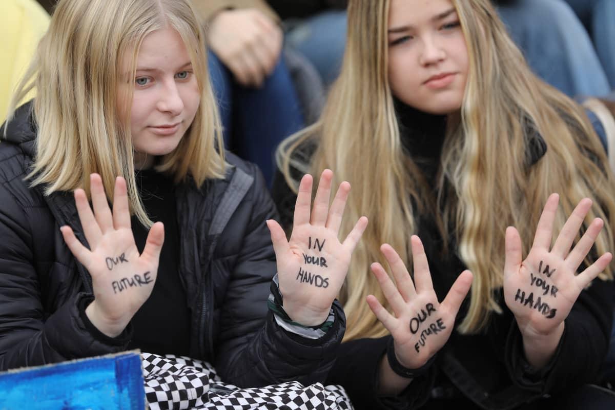 nuoria osoittamassa mieltään eduskuntatalolla
