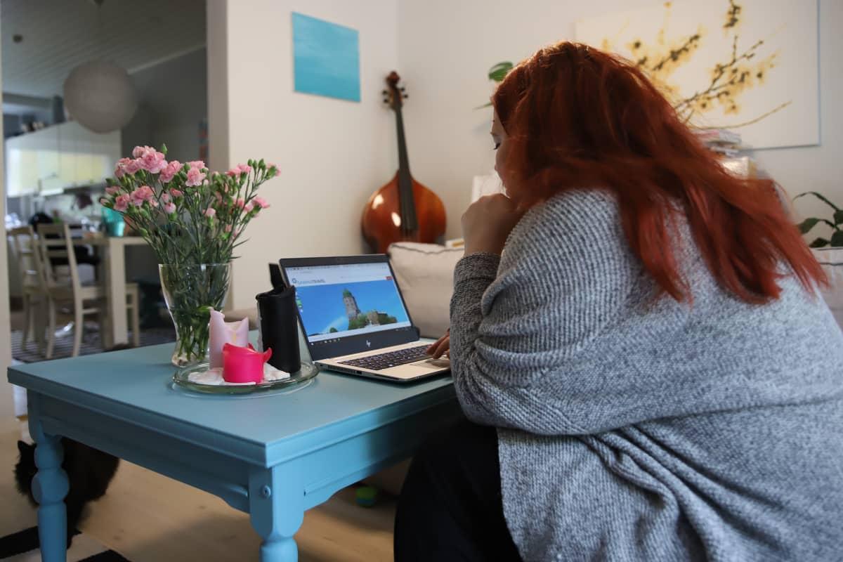Elli Sormunen hakee e-viisumia verkosta