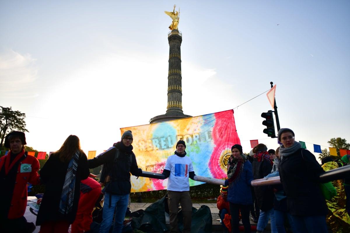 Ympäristöaktivistit muodostivat ihmisketjun Berliinissä.