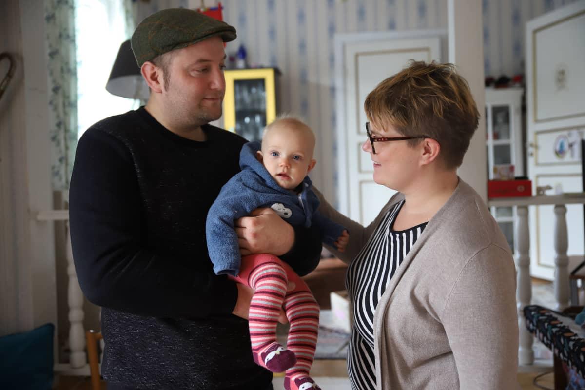 Paavo, Alma ja Maija Munkki kotonaan