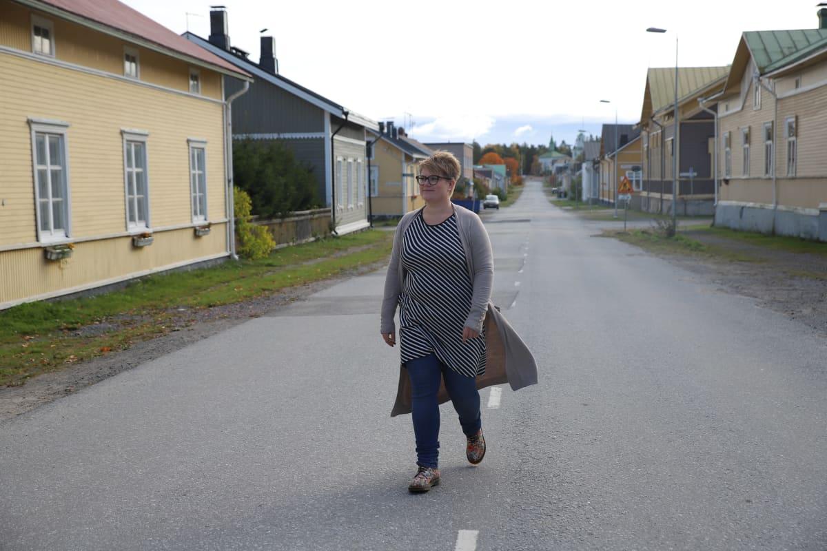 Maija Munkki kävelee keskellä tietä Reposaaressa.