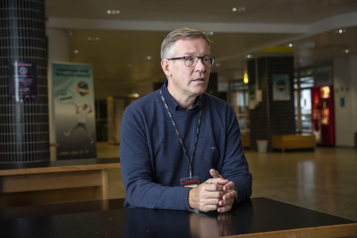 kuntayhtymän johtaja Heikki Helve presidentinkadun oppilaitoksen aulassa