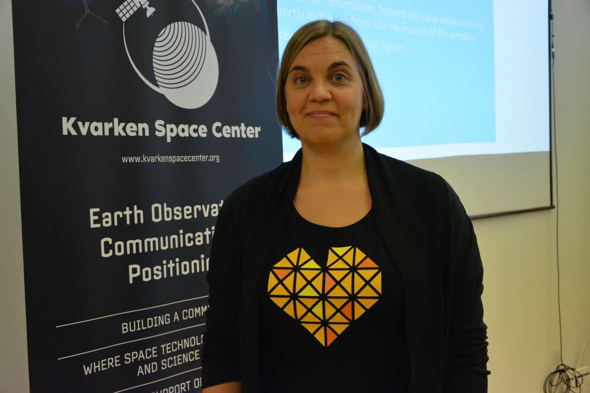 Heidi Kuusniemi seisoo Kvarken Space Center -julisteen edessä.