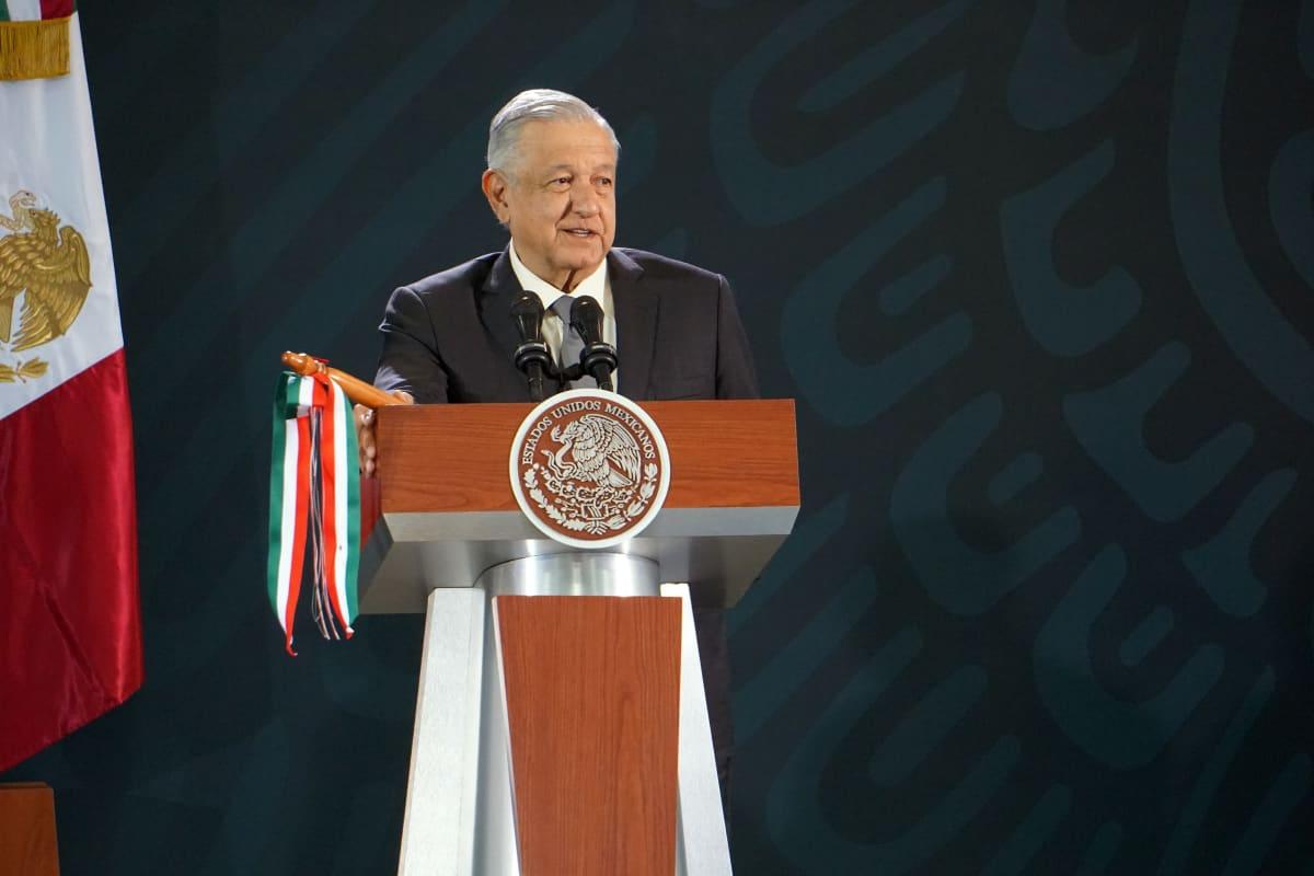 Andrés Manuel López Obrador puhujapöntössä.