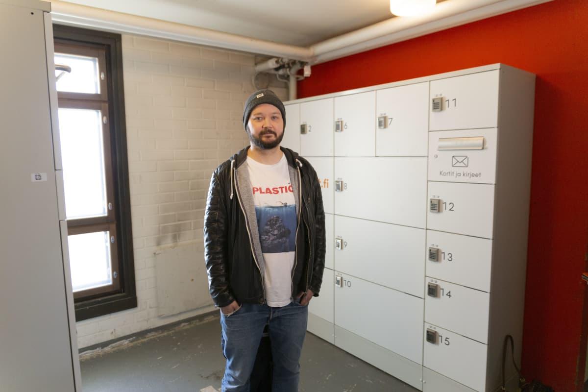 Jussi Saarelma on päästänyt postipaketteja etsiviä ihmisiä taloyhtiönsä kellaritiloihin.