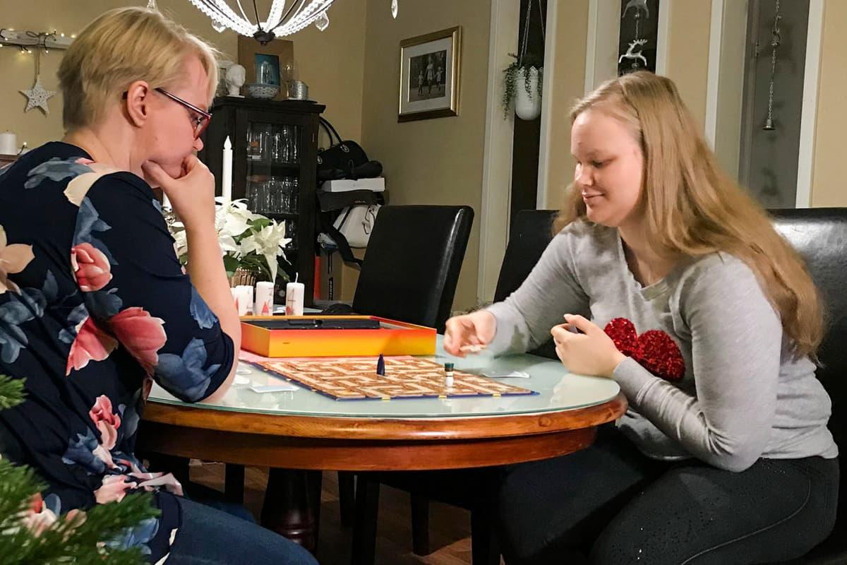 Heidi Lindholm pelaa shakkia