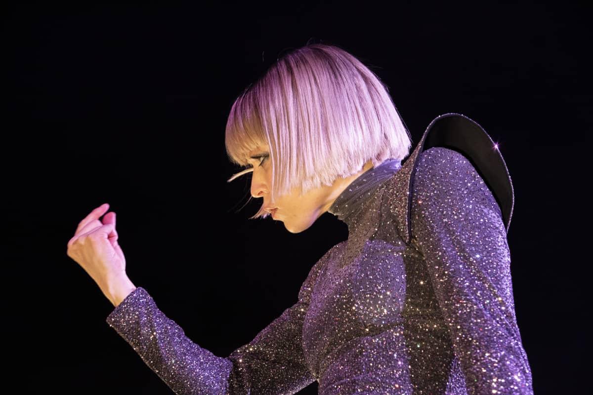 Paula Vesalan konsertti Hartwall Areenalla, missä yleisöllä olimahdollisuud kokeilla Alternative reality-tekniikkaa puhelimillaan.