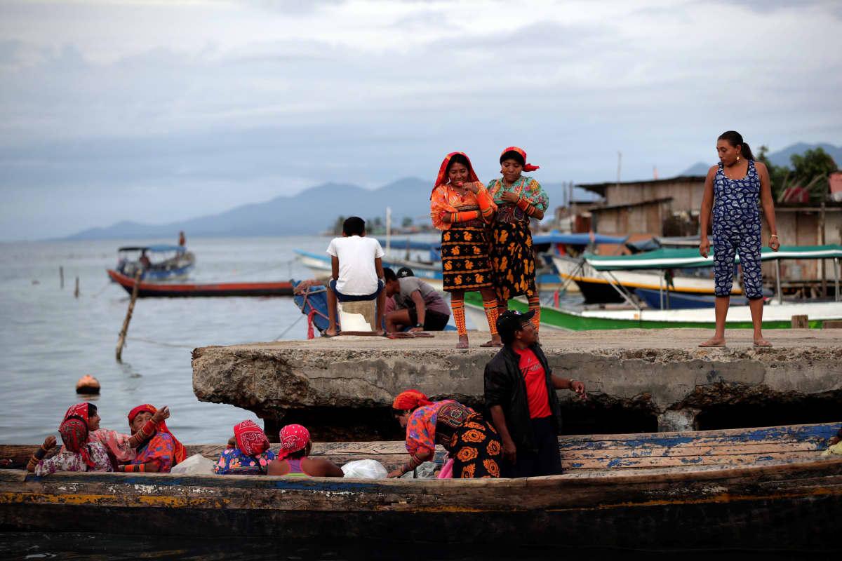Ryhmä naisia matkustaa käsinveistetyn kanootin kyydissä San Blasin saaristossa Panamalla 10. kesäkuuta 2019. Merenpinnan nousu uhkaa saaristoa.