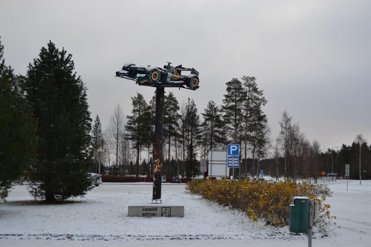 Suomussalmella sijaitseva formula-aiheinen patsas.