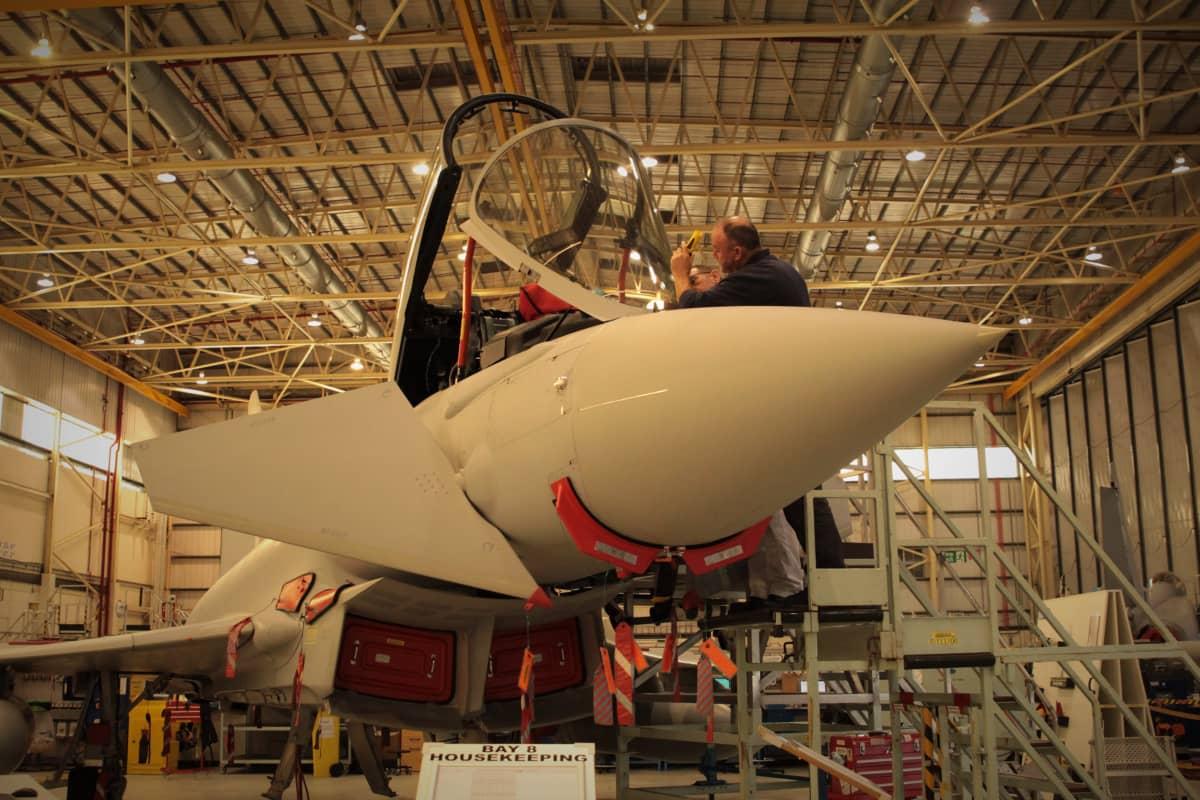 Eurofighter Typhoon -hävittäjää huolletaan.