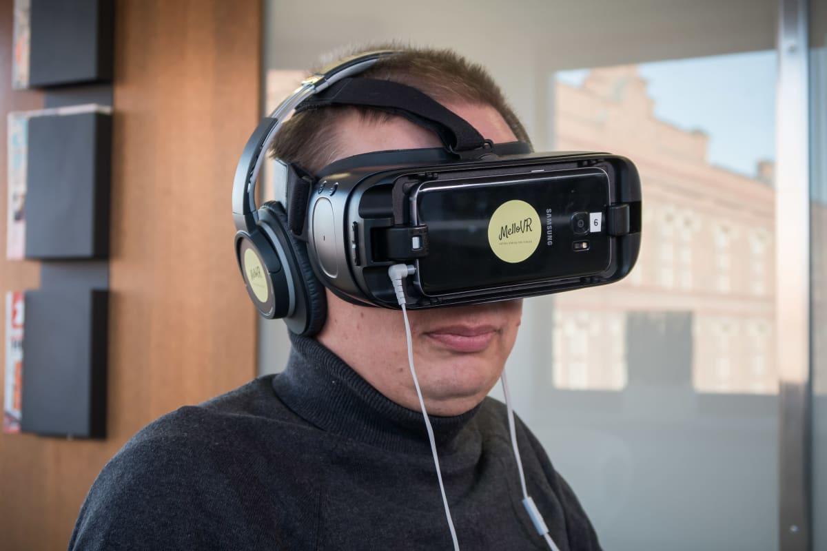 Timo Olkkonen testaamassa virtuaalirentoutusta lasit päässä.