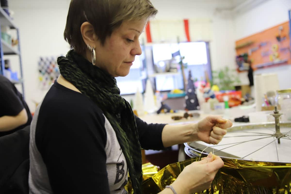 Anne Sorsa tekee joulukoristeita