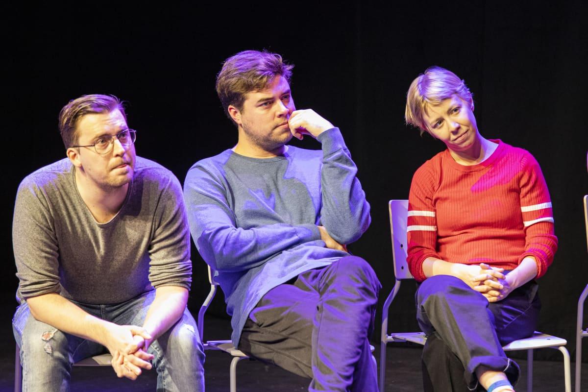 Näyttelijät istuvat tuoleilla