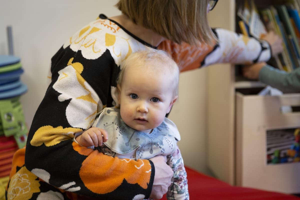 Elina Rantamoijanen ja Saima Rantamoijanen (vauva)