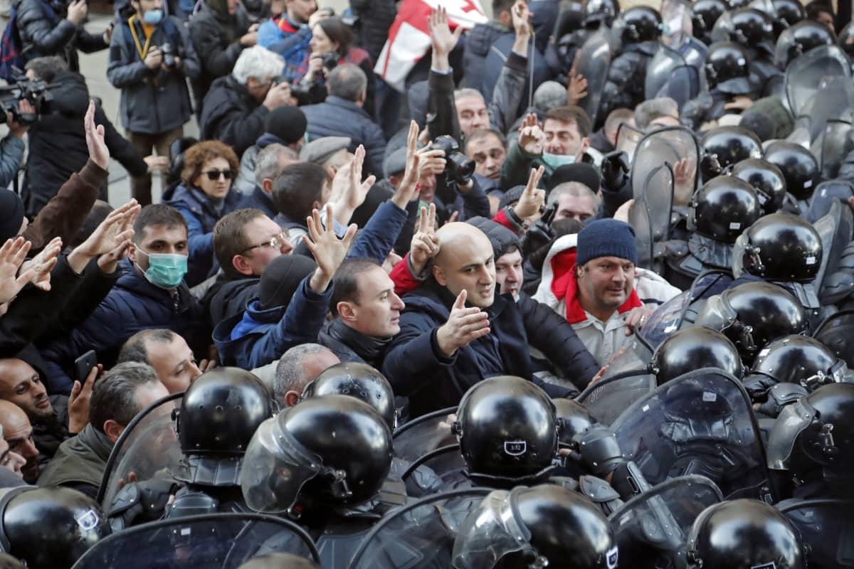 Mellakkapoliisien ympäröimiä mielenosoittajia.