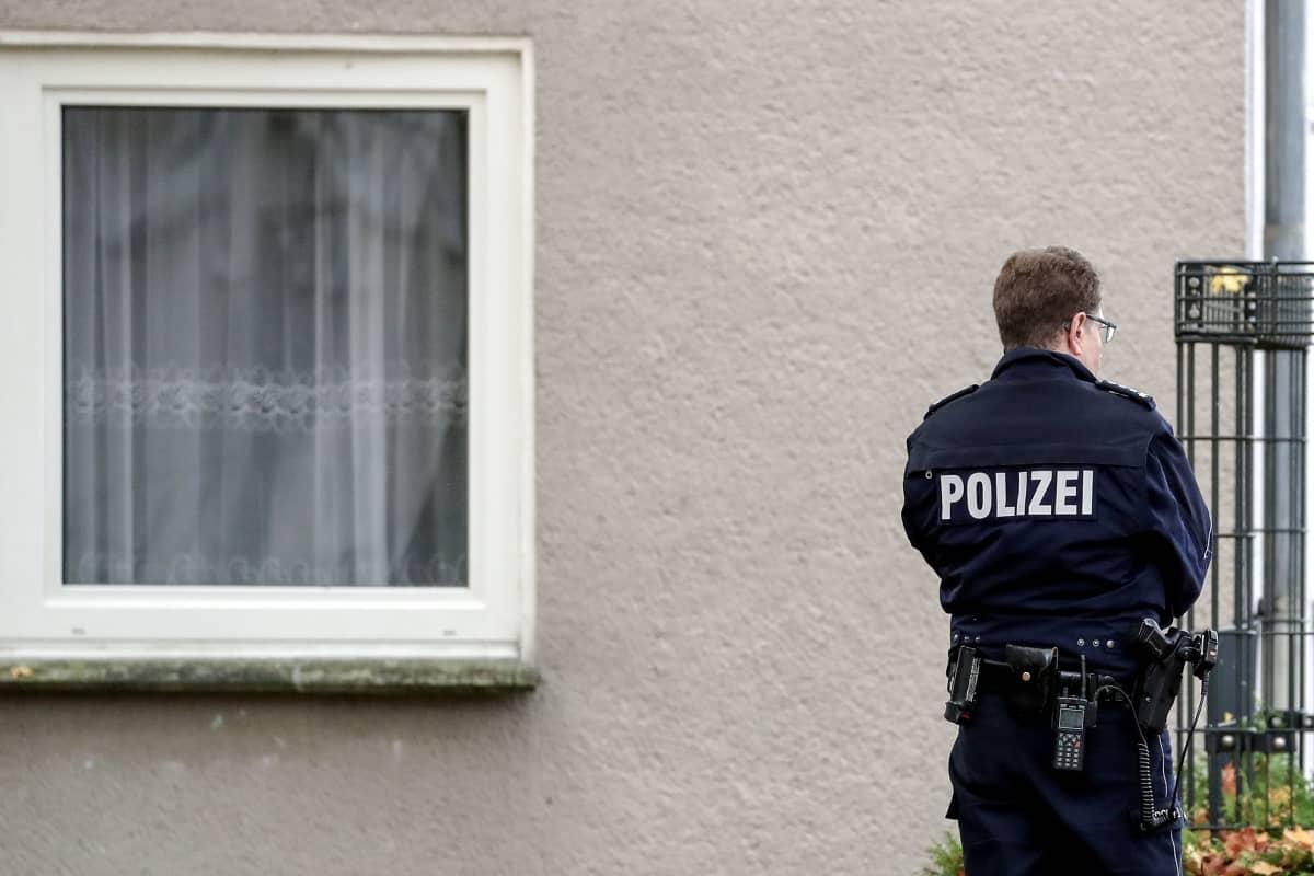 Poliisi seisoo selin
