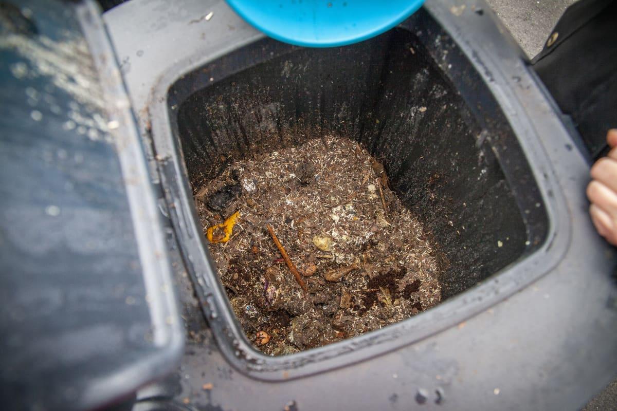 Testikäytössä olevan Biolanin kompostorin sisällä olevat biojätteet.