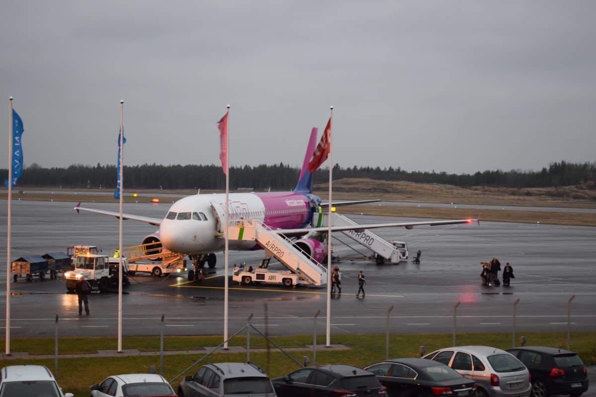 Wizz airin kone Turun lentokentällä.