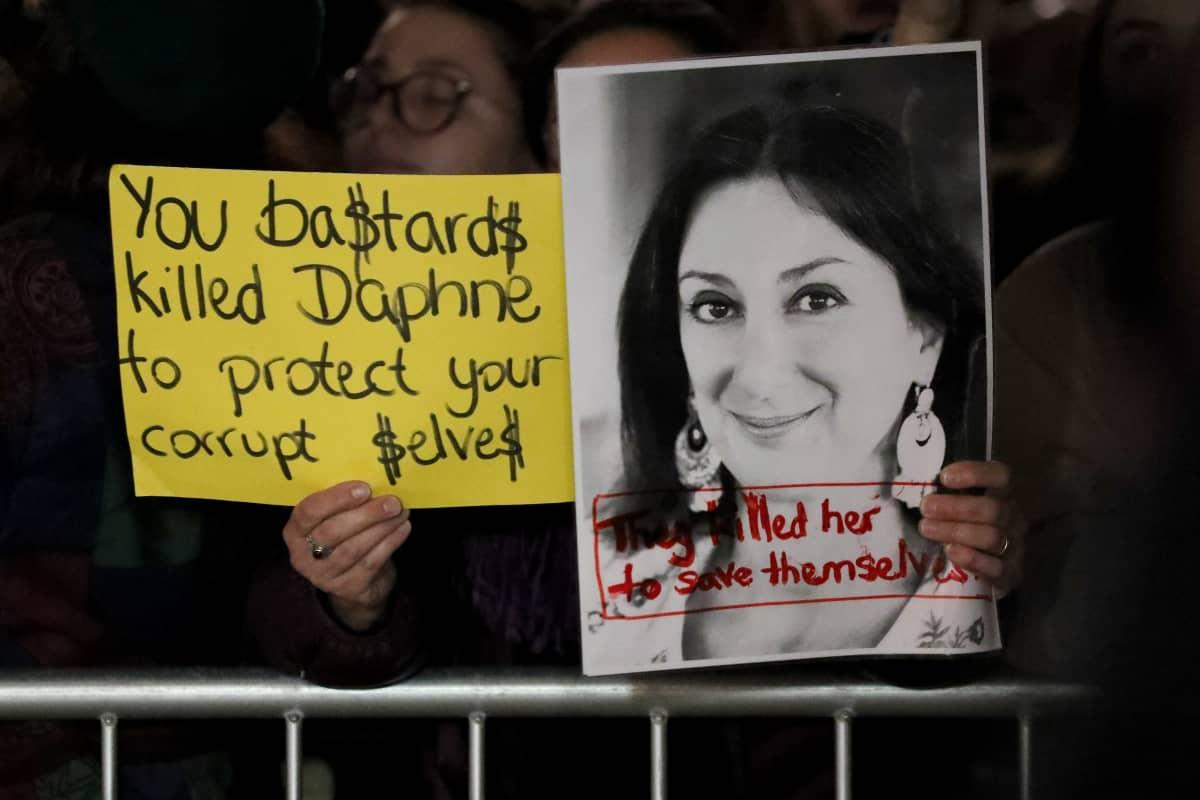 Mielenosoitus Vallettassa tiistaina, julisteessa on murhatun toimittajan, Daphne Caruana Galizian kuva.