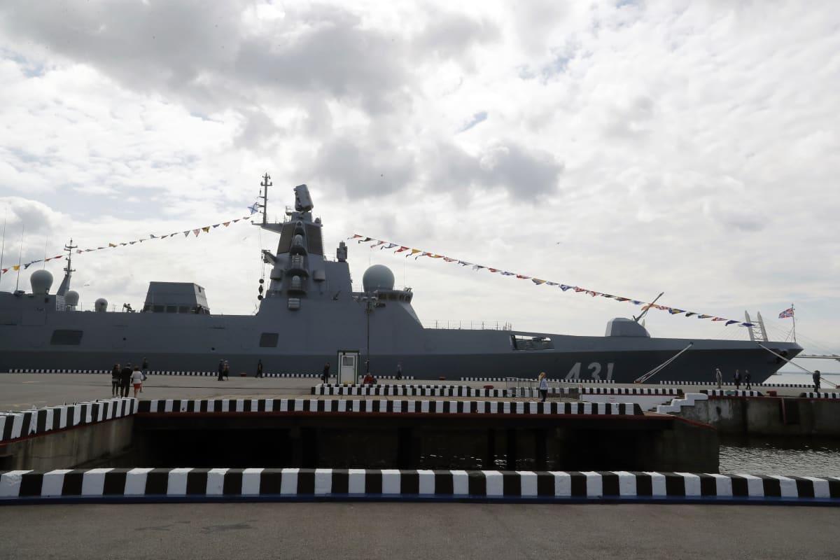 Venäjän laivaston fregatti Admiral Kasatonov Pietarissa heinäkuussa, merivoimien kansainvälisessä tapahtumassa. Alukselta testattiin perjantaina Vienanmerellä risteilyohjuksia.