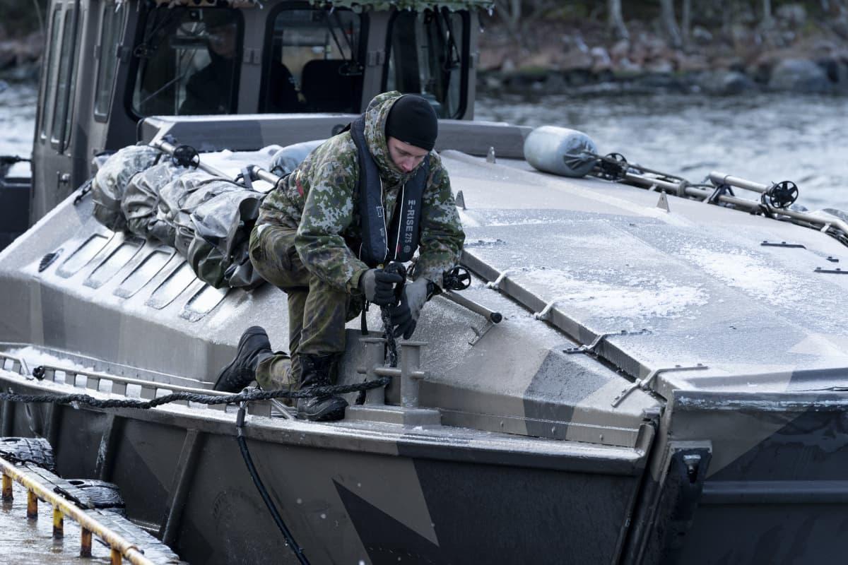 Jurmo-luokan joukkojenkuljetusveneen ohjaamossa, matkalla Rankin linnakkeelle.