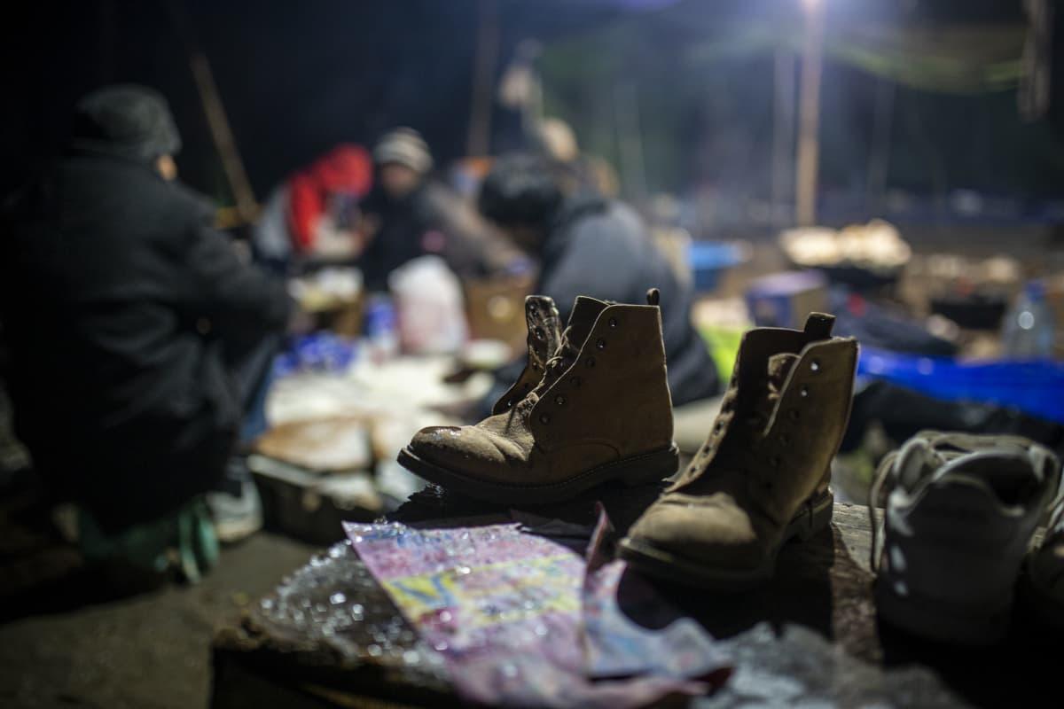 Kengät ja pakolaisia Vucikin leirillä Bosniassa