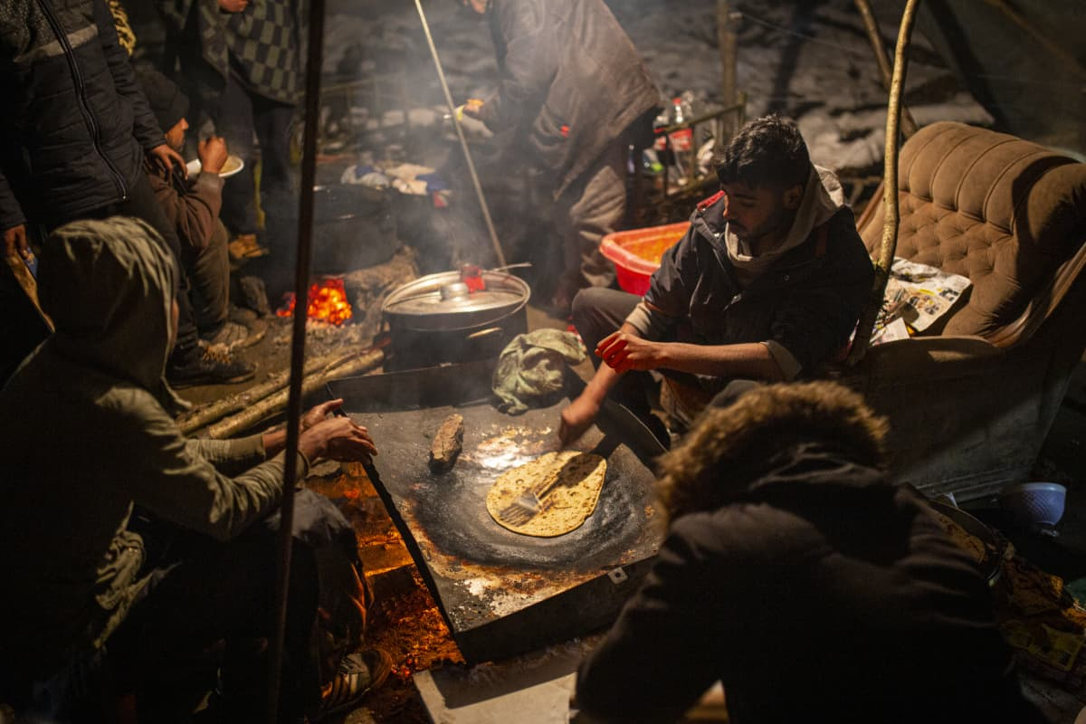 Pakolaiset tekevät leipää Vucikin leirissä, Bosniassa