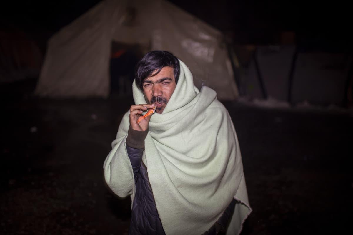 Tupakoiva pakolainen Vucikin leirillä, Bosniassa