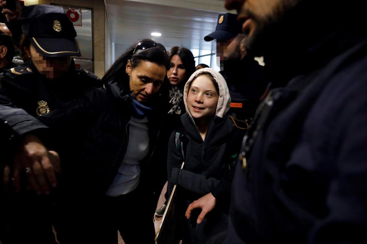 Greta Thunberg poliisien ympäröimänä.
