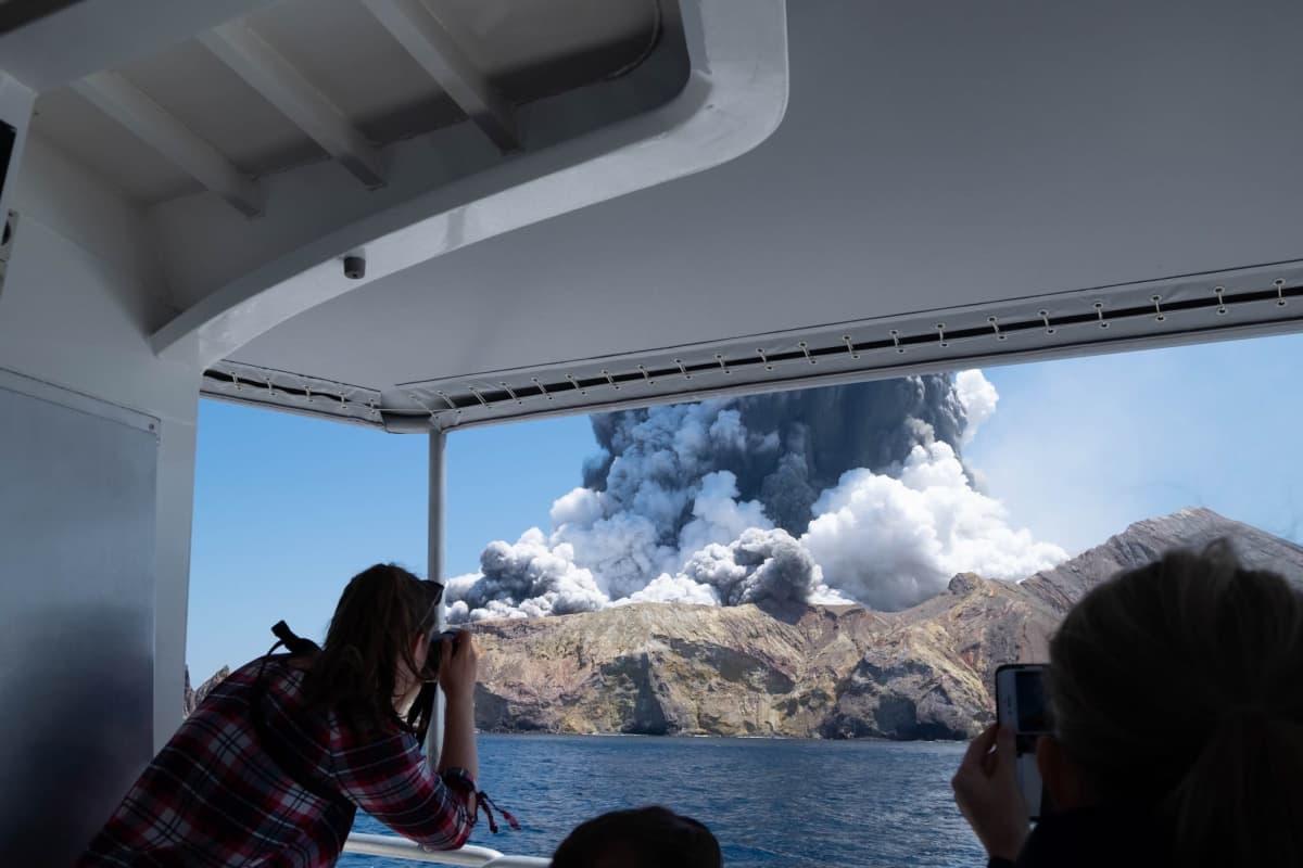 Turistin ottama kuva tulivuorenpurkauksesta maanantain saaren lähistöllä.