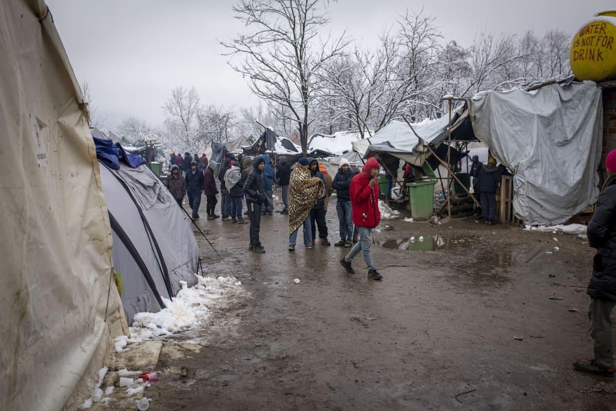 Pakolaisia Vucjakin leirillä Bosniassa