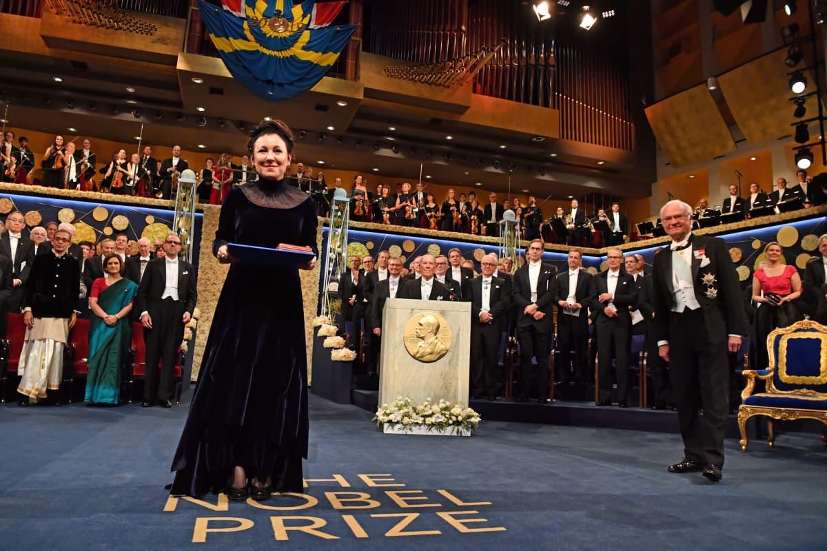 Viime vuonna jakamatta jääneen kirjallisuuden Nobel-palkinnon sai puolalainen kirjailija Olga Tokarczuk.