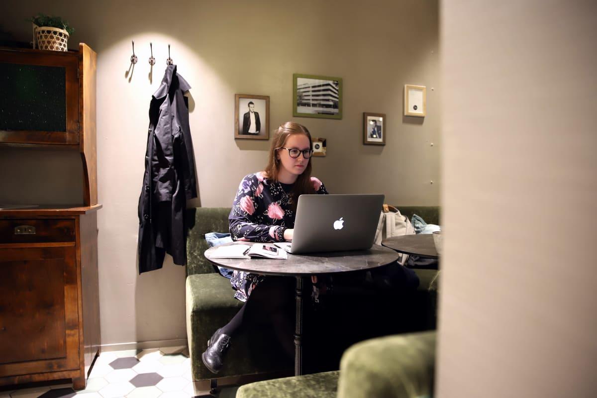 Sosiaalipsykologian opiskelija Anni Sepponen läppärinsä ääressä kahvilassa Lahdessa.