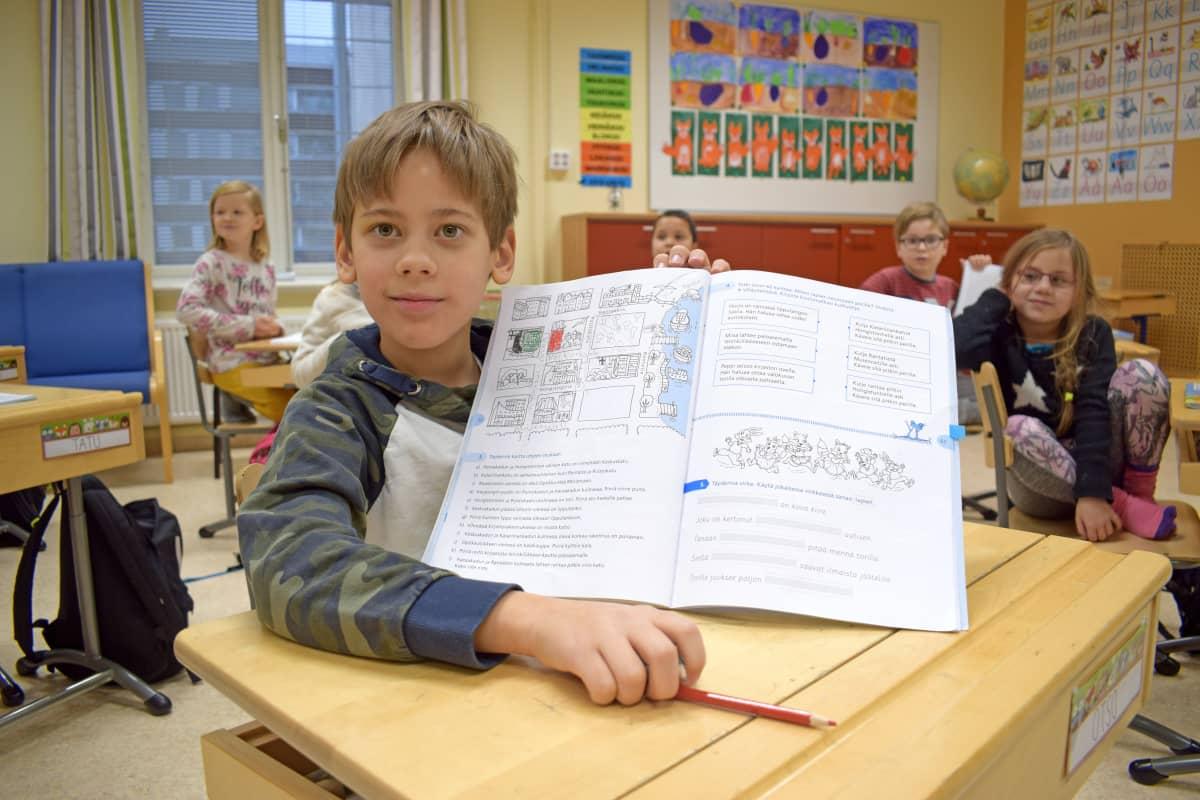 Tokaluokkalainen Otso Vettenranta ja luokkatoverit.