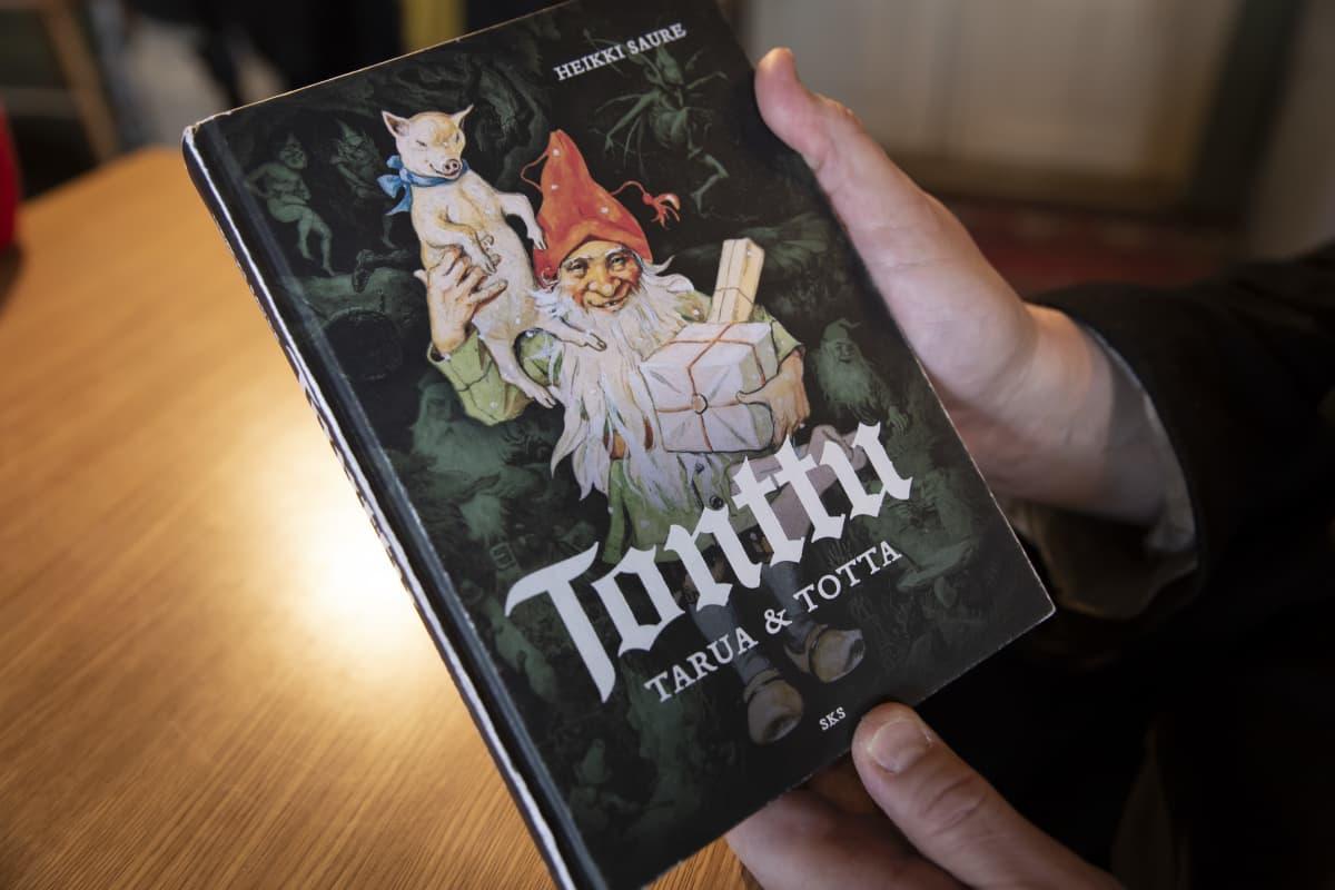 Lähikuva tietokirjailija Heikki Sauren kirjasta Tonttu tarua & totta.
