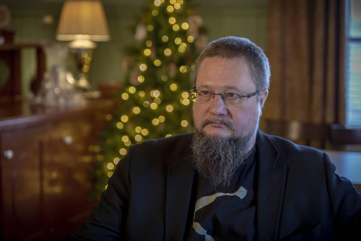 Puolikuva tietokirjailija Heikki Sauresta