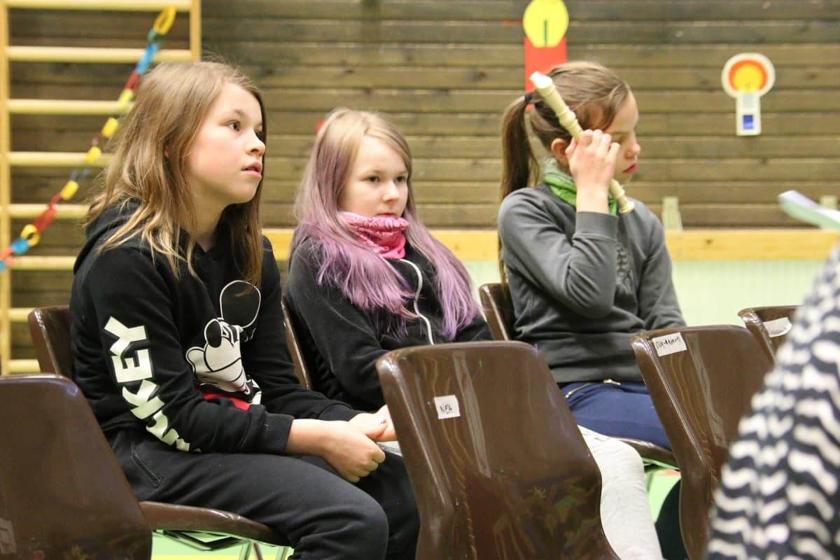 Elle Sieppi, Helli Alakorva ja Lotta Sieppi istuvat musiikintunnilla Sodankylän Vuotson koulussa.