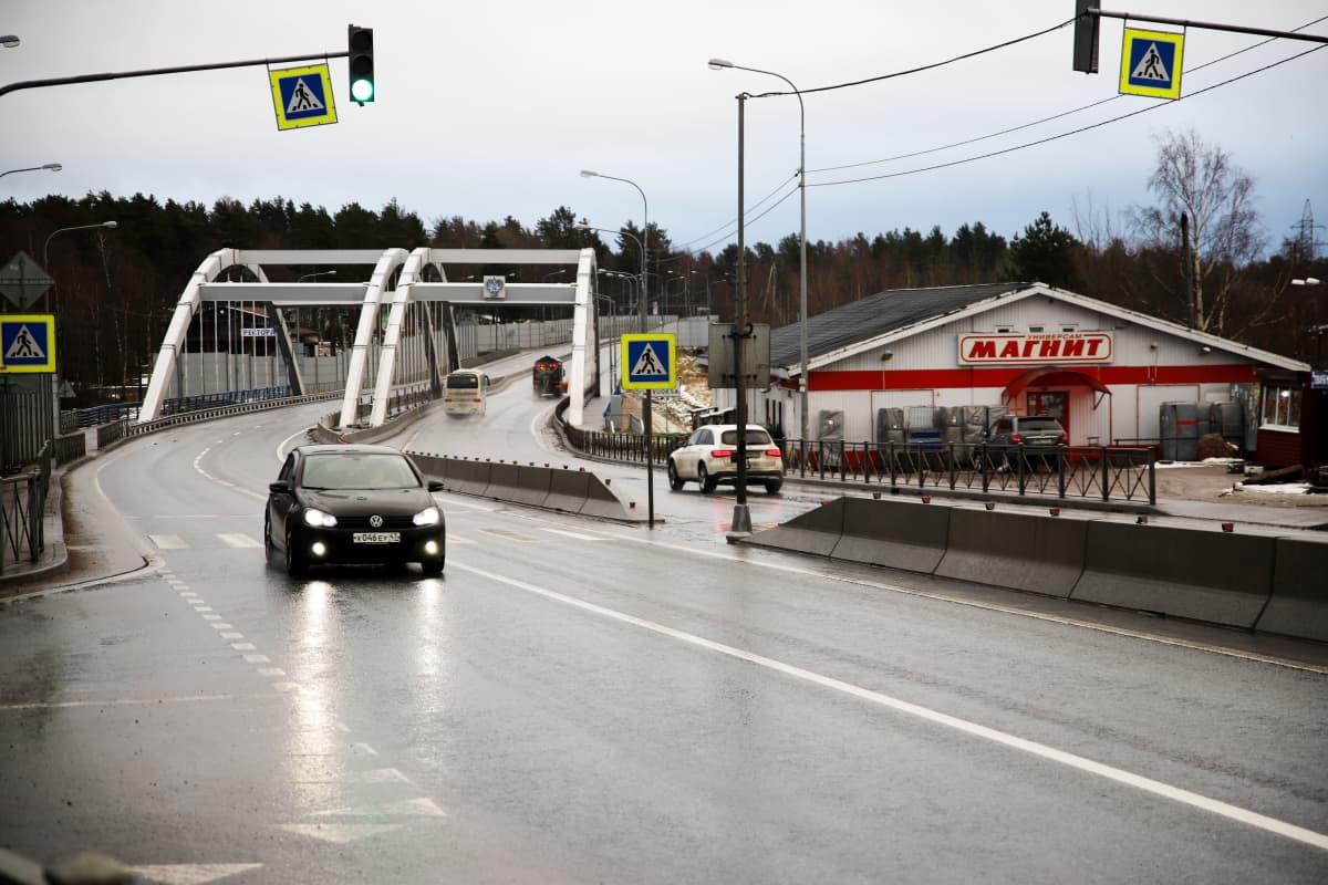 tie ja kylä Pietarin ja Käkisalmen välissä Vuoksen ylityksen kohdalla
