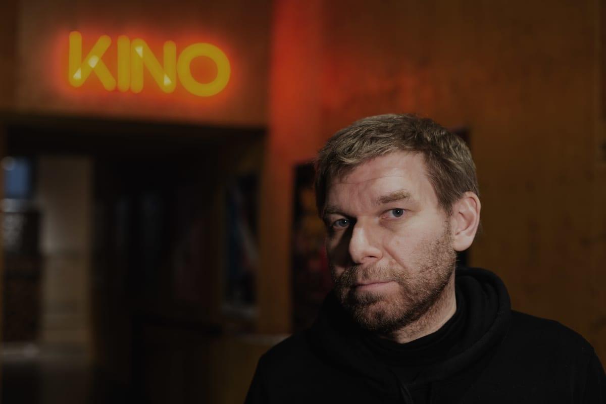 Kalle Kinnunen seisoo Korjaamo-kinon aulassa.