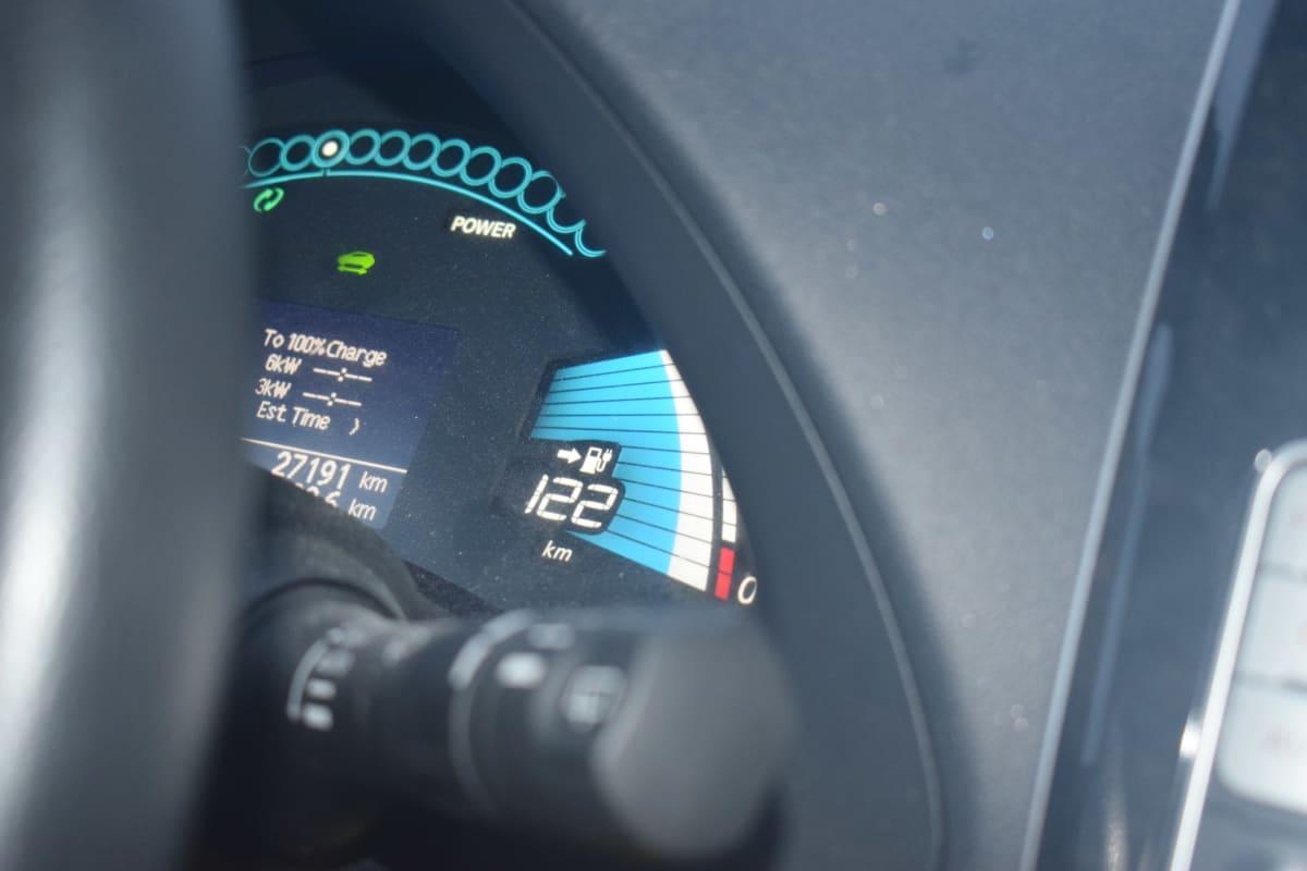 Sähköauton kojelaudassa näkyy mittarilukema.