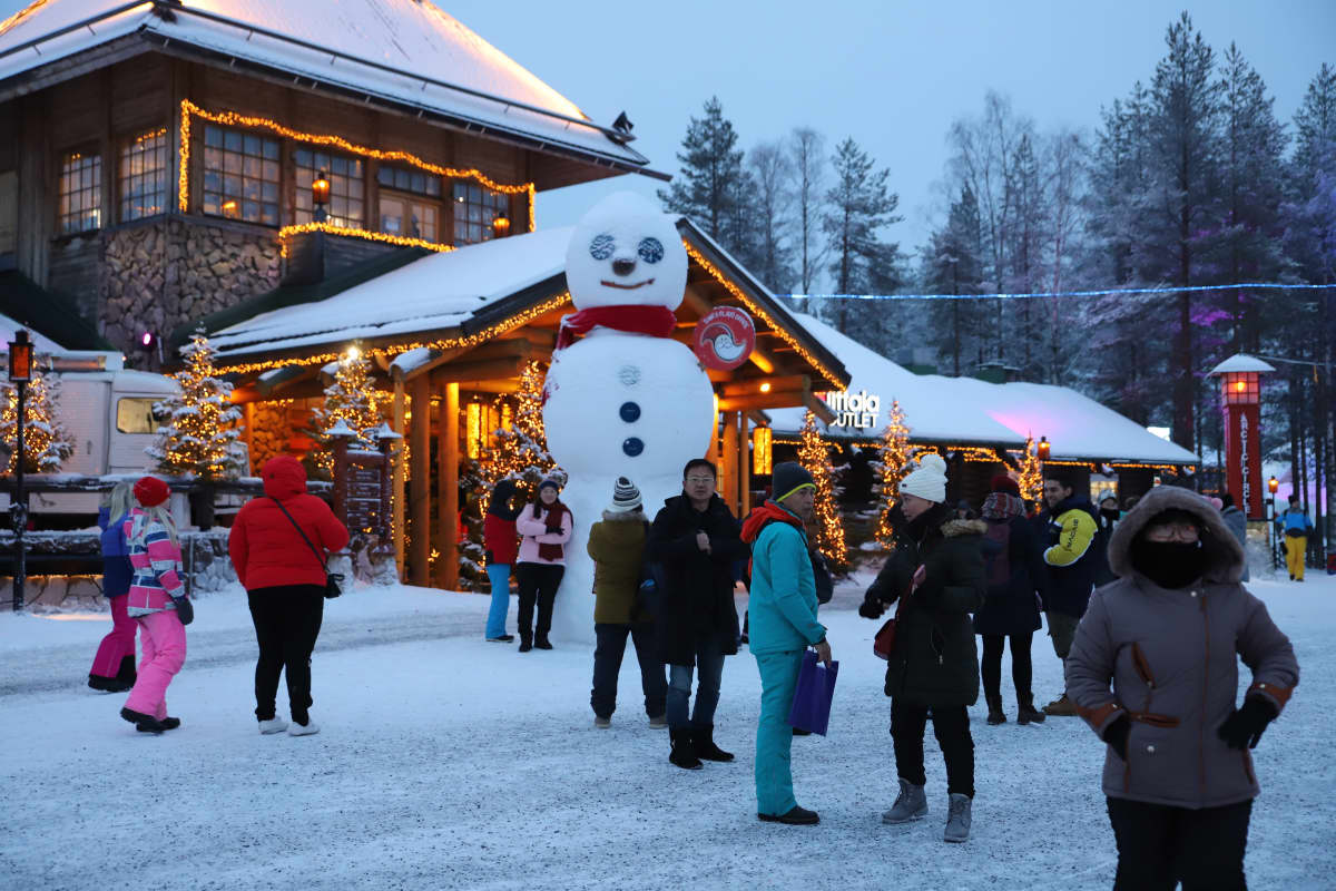 turisteja Joulupukin Pajakylässä Rovaniemellä joulukuussa 2019