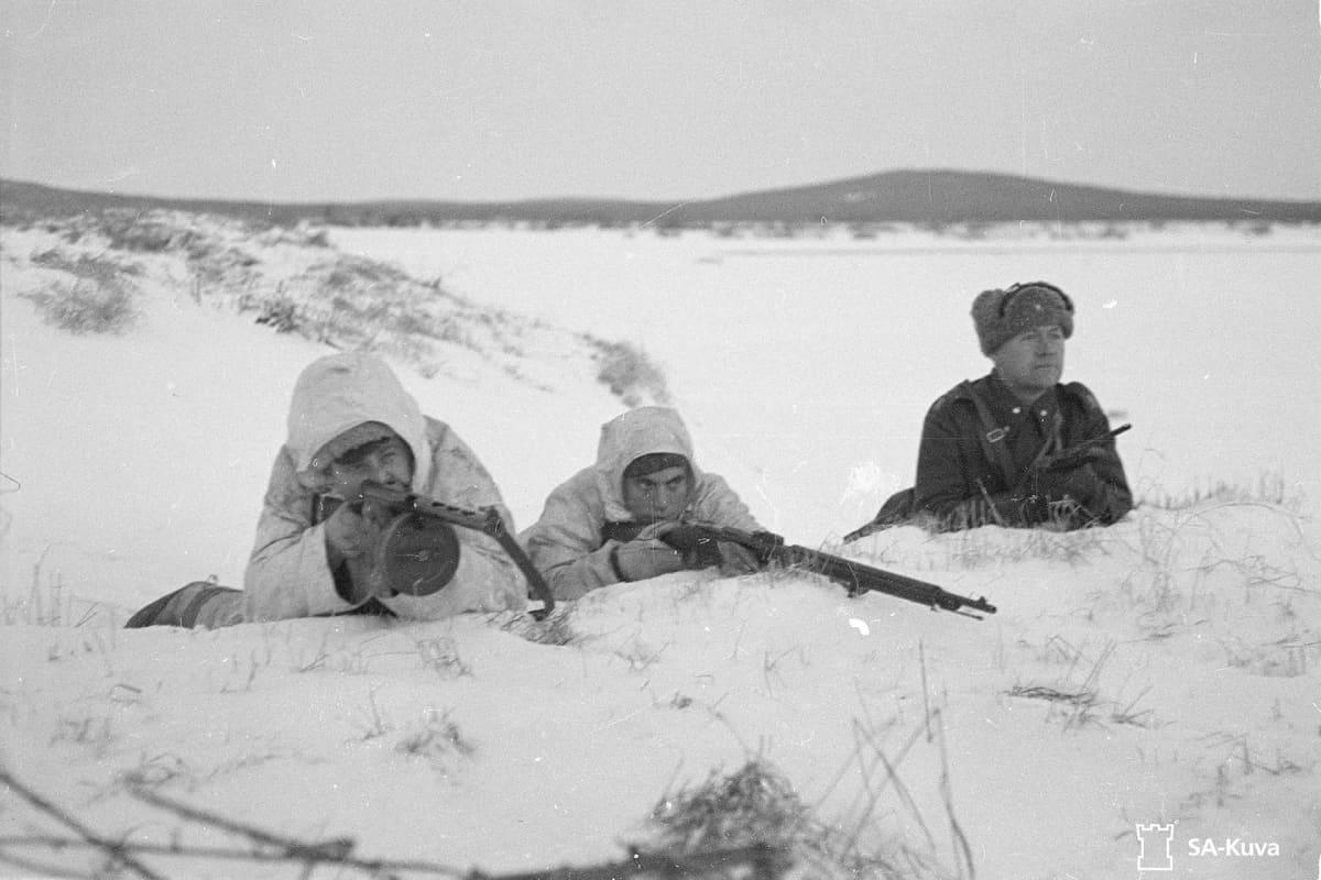 SA-kuvassa sotilaat ja upseeri poseeraavat Kemijärven Joutsijärven maisemissa.