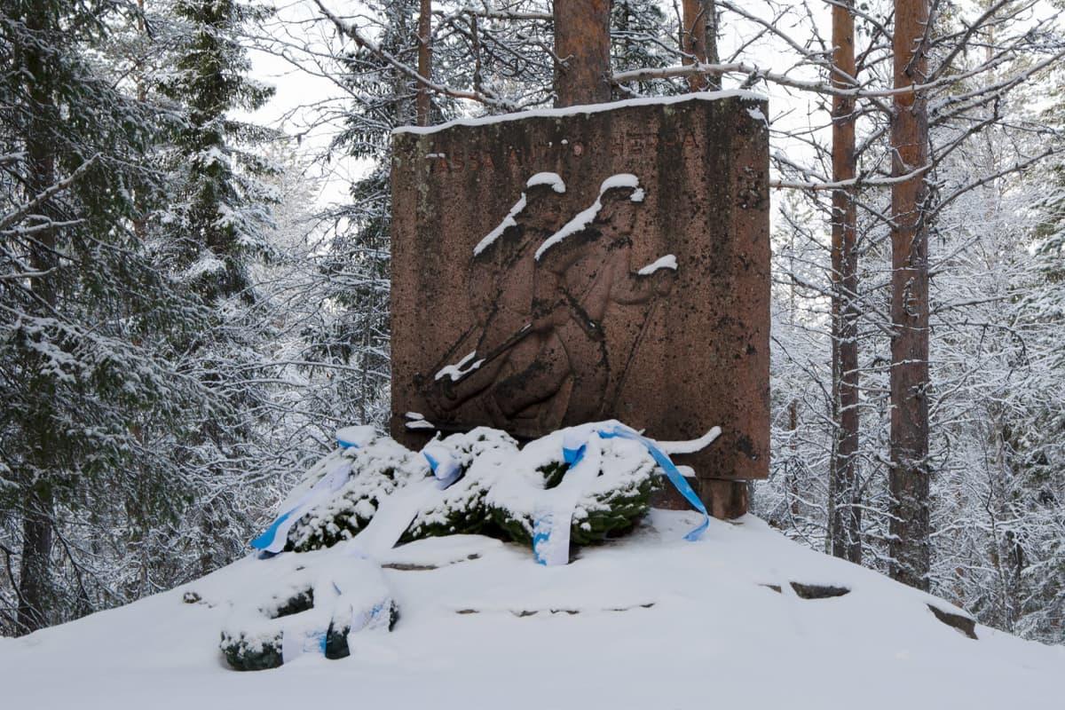 Mäntyvaaran taistelun muistomerkki Sallassa.